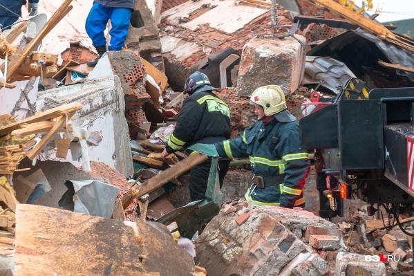 На месте взрыва работают спасатели