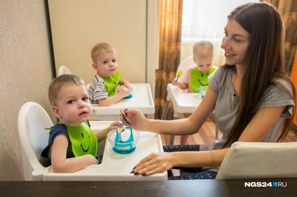 """Мама тройняшек рассказала нам, как справляется с такой оравой детей. <a href=""""https://ngs24.ru/news/more/65649741/"""" target=""""_blank"""" class=""""_"""">Почитайте</a> этот милый репортаж"""