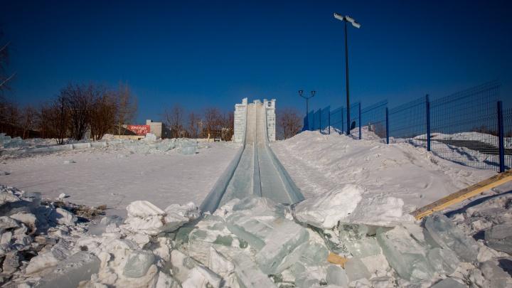 Фоторепортаж: рабочие разрушили ледовый городок на набережной Оби