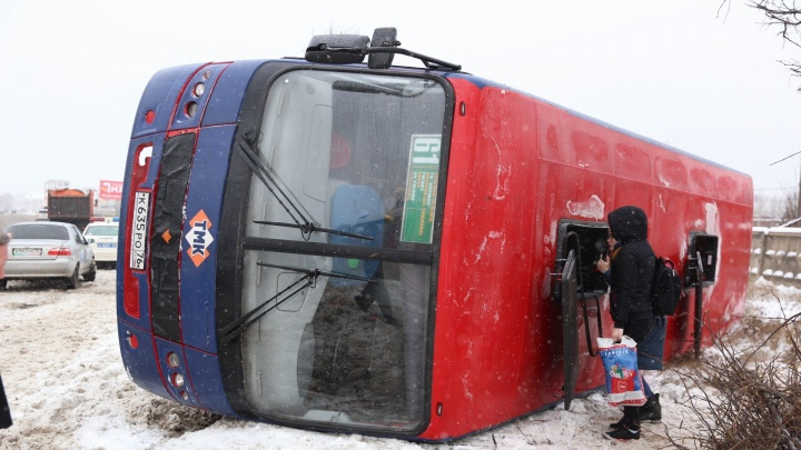 На Промышленном шоссе в Ярославле перевернулись две маршрутки с пассажирами: онлайн-репортаж с места
