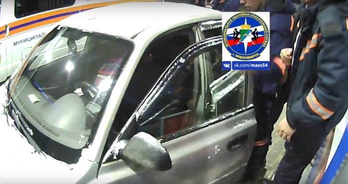 Девочка оказалась заперта в машине на АЗС на улице Доватора