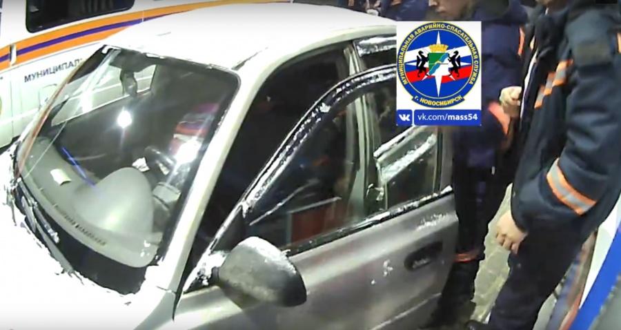 Новосибирские cотрудники экстренных служб вытянули годовалую девочку иззаблокированного автомобиля