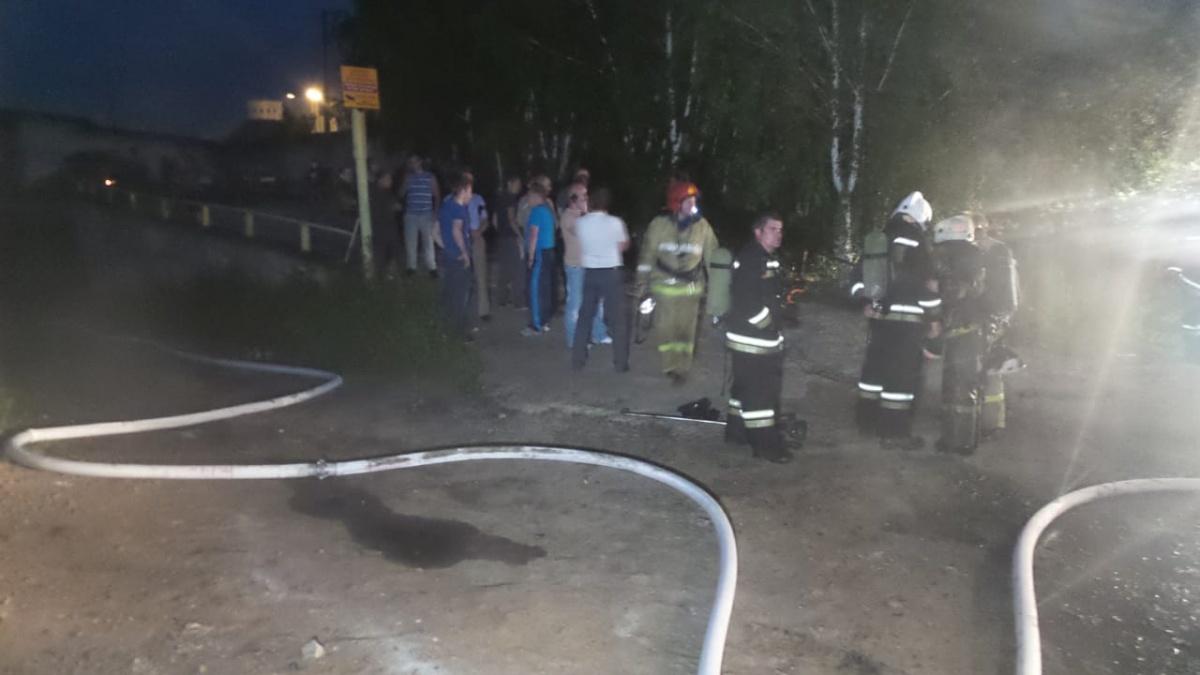 Двое надышались угарным газом: в промзоне на Эльмаше загорелись гаражи