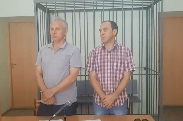 Суд не усмотрел состава правонарушения в комментариях Дмитрия Попперека (справа)