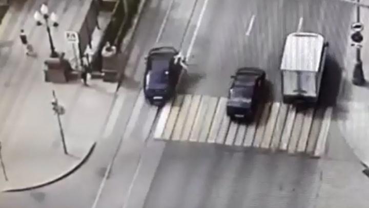 Просто не заметила светофор: камера видеонаблюдения сняла, как женщина прыгнула под авто на Ленина