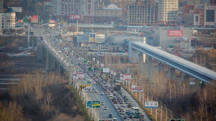 С работы пораньше: новосибирцы застряли в пробках на Владимировской и Станционной