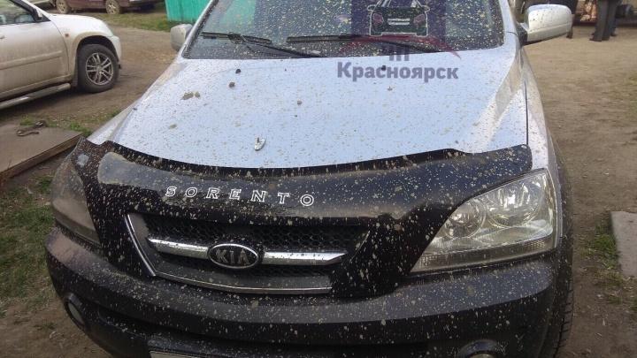 На Семафорной взорвалась труба бетононасоса и забрызгала бетоном припаркованную рядом машину