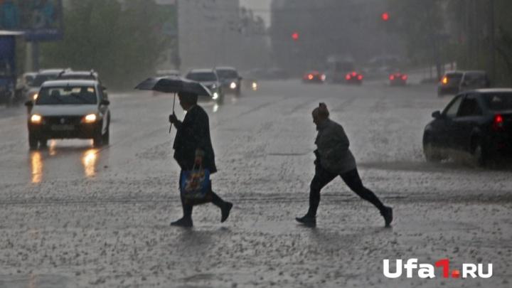 Широко шагая: на Уфу обрушился ливень