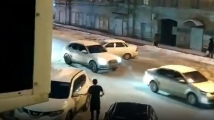 В Перми Lada Priora каталась по кругу без водителя и устроила ДТП. Видео