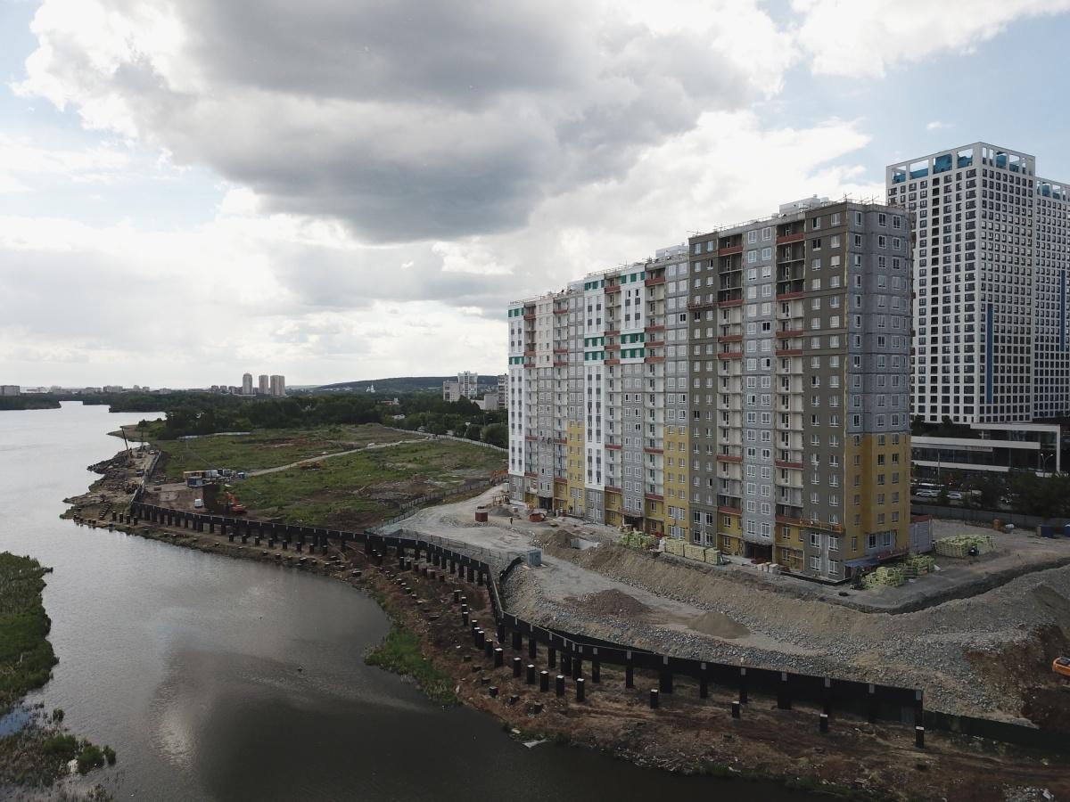 Набережную реки Исети застройщик ГК «Ривьера Инвест Екатеринбург» укрепляет путем насыпи