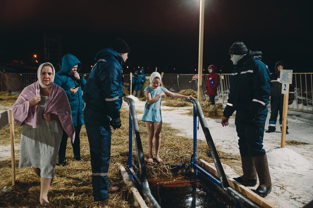 В воду спустилась девочка лет десяти. Только посмотрите на ее эмоции — открыта и ничего не боится