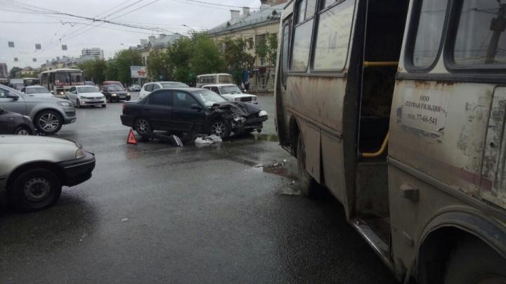 Пассажиров увезли в больницу: в Челябинске в маршрутку врезалась иномарка