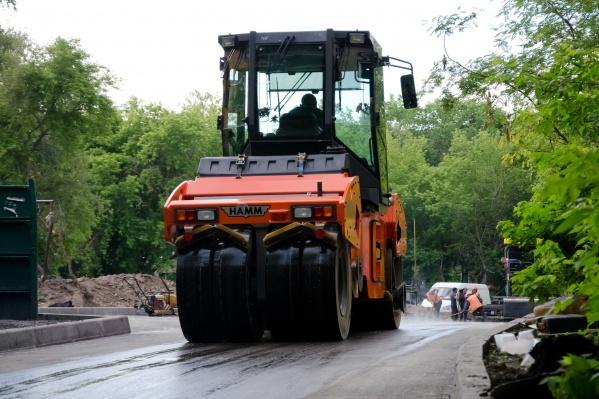 Новосибирцы уже привыкли к дорожникам, укладывающим асфальт во время дождей