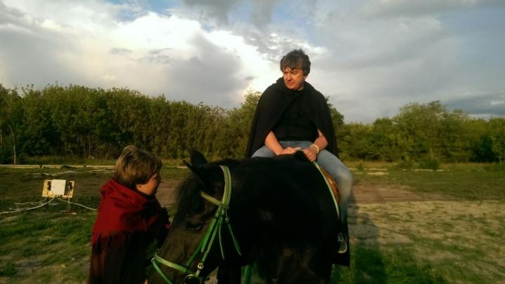 Омский бизнесмен Шкуренко устроил корпоратив с «реальными пацанами» и приехал к сцене на коне