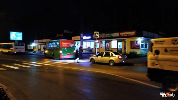«Бежал за мной и бил по голове»: подробности драки между водителем маршрутки и пешеходом на Ясной