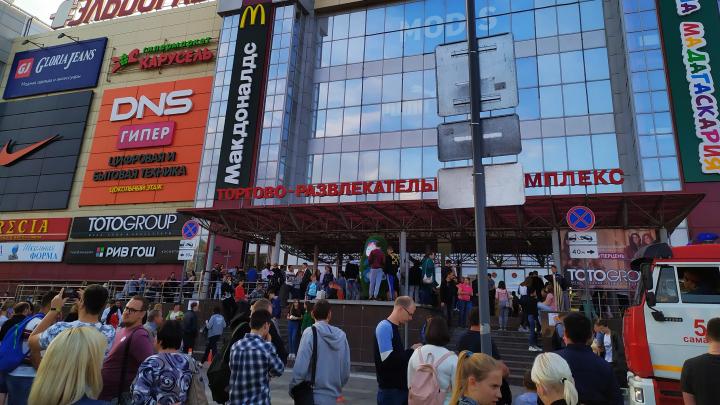 В Самаре несколько сотен человек эвакуировали из ТЦ «Вива Лэнд» по тревоге