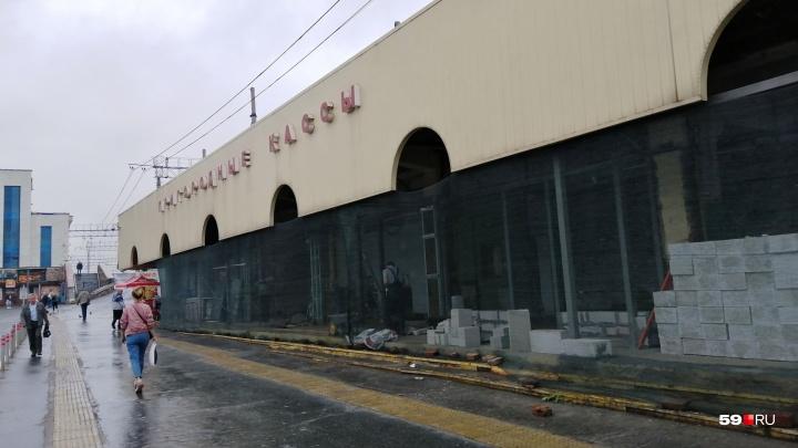 На станции Пермь II переделывают пригородные кассы — там будет торговый павильон