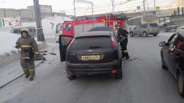 Горячо под одеялом: на площади Трубникова на ходу загорелся «Форд»