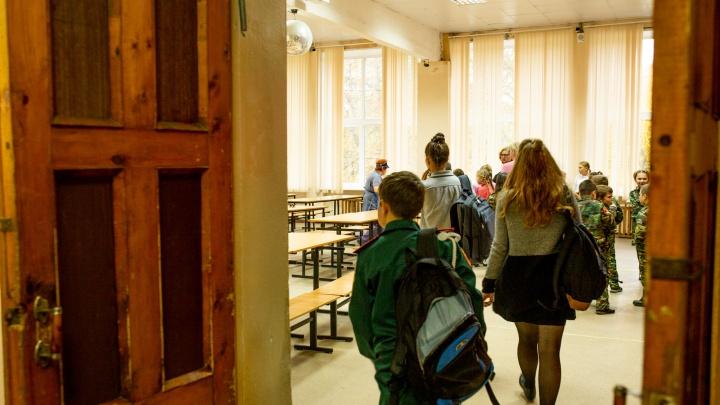 «Не дали сыну запить таблетку»: в ярославской школе разгорелся скандал из-за стакана воды