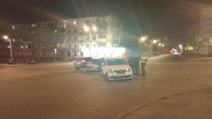 Приезжали две скорые: в Челябинске схлестнулись Lada и автомобиль «Яндекс.Такси»
