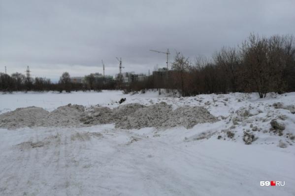 Вместо полигона снег свозили в лог на улице Встречной