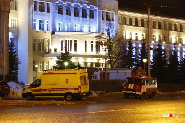 Сначала к правительству подъехали машины полиции, скорая и пожарная — позже