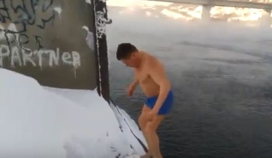 Дивногорец нырнул в ледяной Енисей в поддержку россиян на Олимпиаде