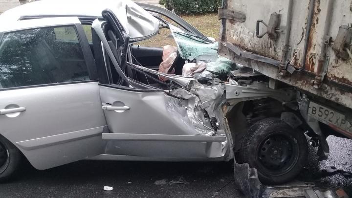 «Я слышал только удар»: в Тольятти Datsun залетел под грузовик