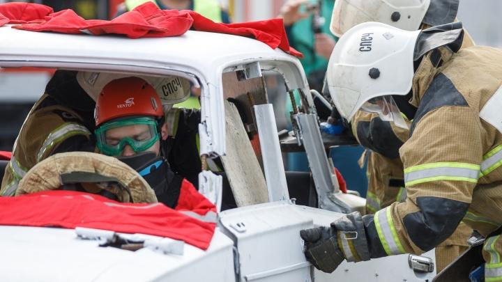 «Вы ему ногу сломали»: в Волгограде спасатели распилили машину и десять раз подряд спасли студентов