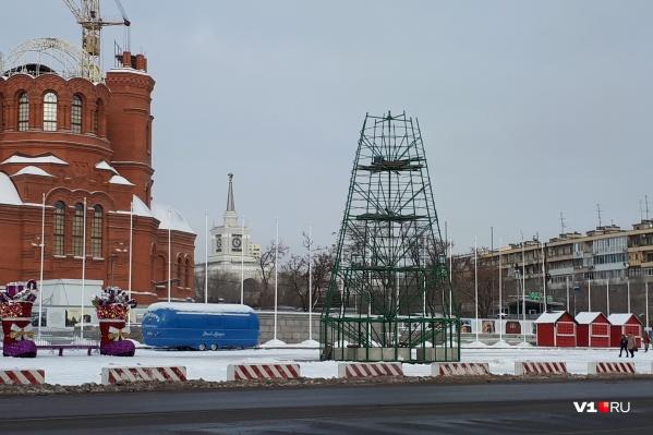 Пока на площади Павших Борцов собрали лишь каркас главной новогодней «красавицы» Волгограда