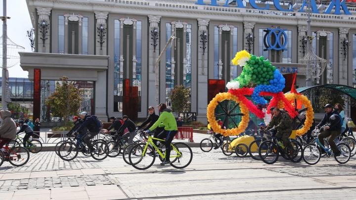 По Екатеринбургу проехала шумная, веселая колонна из трех тысяч велосипедистов