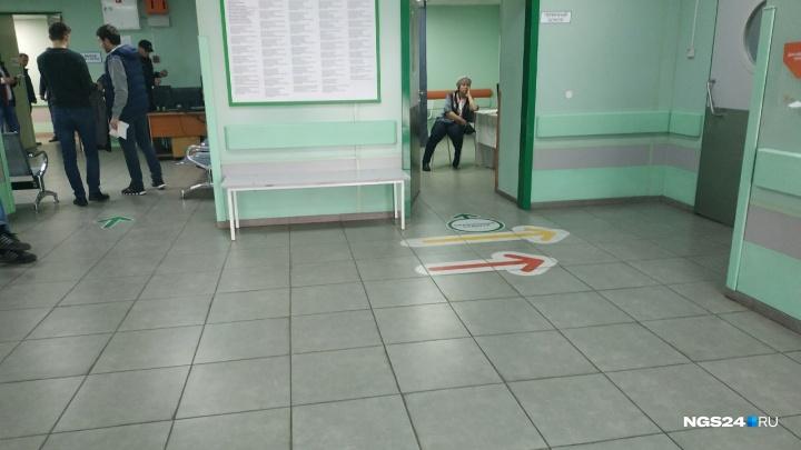Мужчина напал на медиков в здании краевой больницы и избил двоих