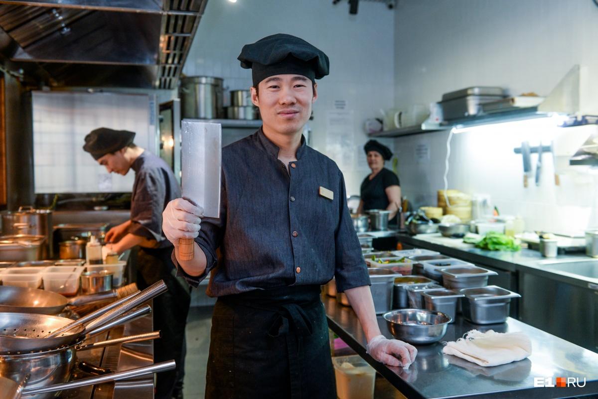 У Чжоу есть один нож (похожий на топорик), которым он делает всё