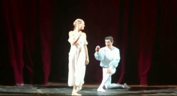 Новосибирец сделал предложение девушке на сцене оперного театра после балета «Ромео и Джульетта»