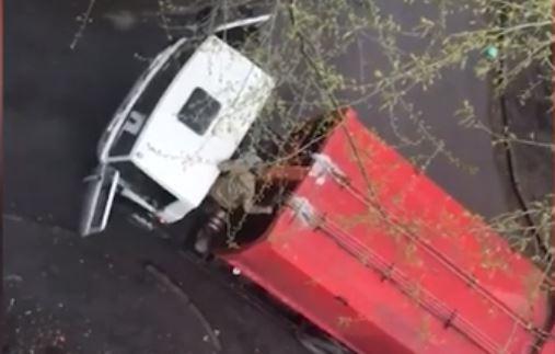 «Мы думали война началась, кружки со стола упали»: в пятиэтажку на Крауля врезался мусоровоз