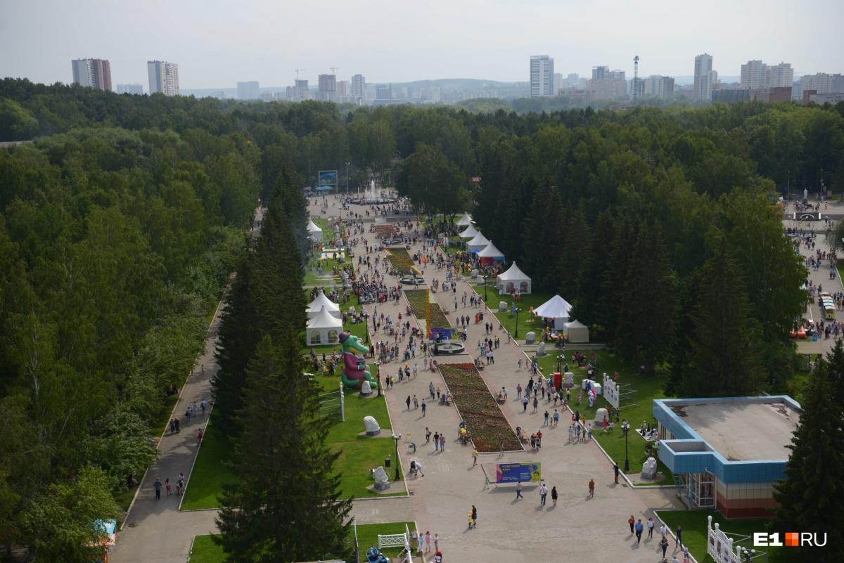 С высоты видно, что народу в парке не так много
