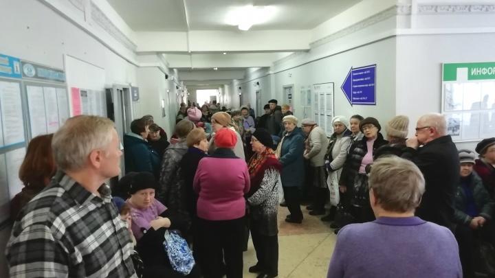 «Люди в обморок падают!»: ярославцы с пяти утра выстроились в очередь за бесплатными лекарствами
