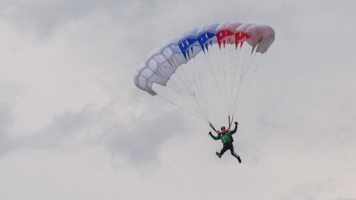 Жители Уфы сняли из окна, как парашютисты приземлились на озере Кашкадан