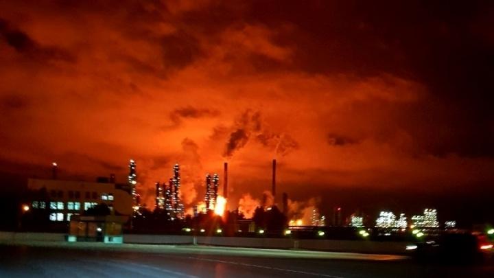 Над производством в Тобольске появились бордовое зарево и огонь. Разбираемся, что это такое