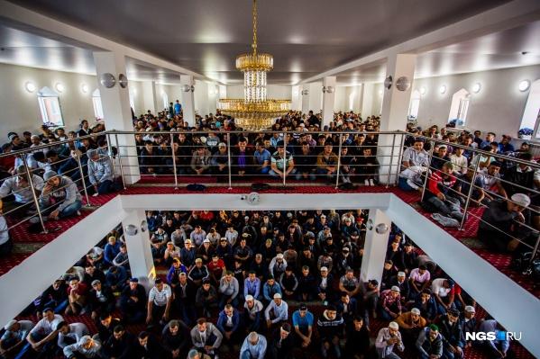 В мечетях были сотни мусульман