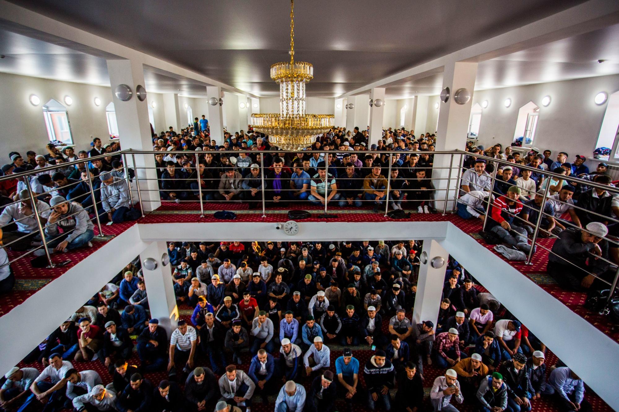 15 лучших фото Курбан-байрама: мусульмане пришли в новосибирские мечети на праздничную молитву