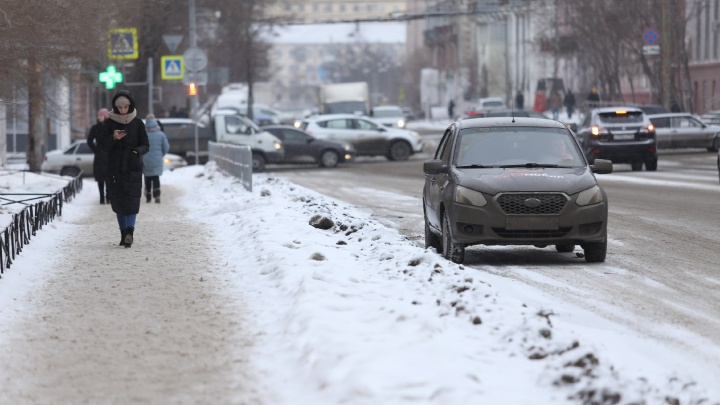 «Не вывозили до Нового года»: в мэрии рассказали, когда тротуары в Челябинске расчистят от снега