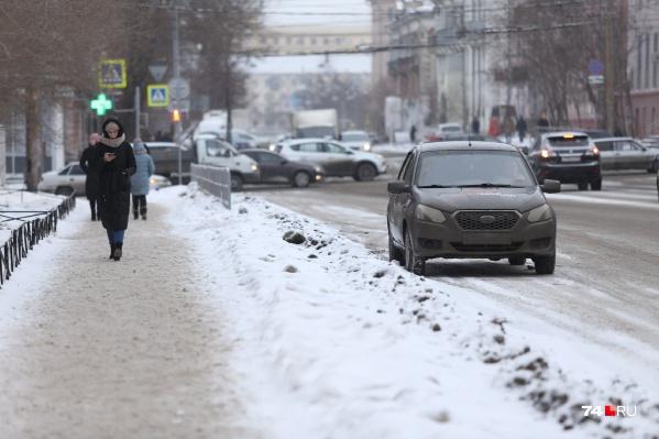 После очистки дорог вдоль пешеходных дорожек остались буераки