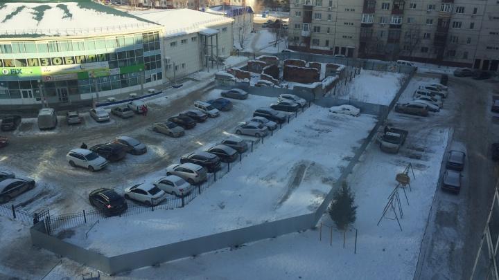 Часть двора с горкой на Муравленко продают за 2,5 миллиона рублей