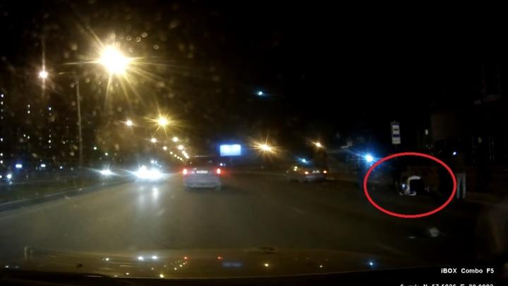 Ребёнка отшвырнуло на 20 метров: появилось видео, как «Лада» сбивает школьницу на проспекте Фрунзе