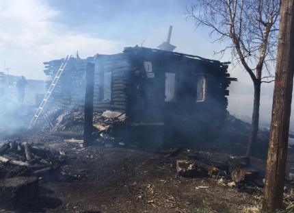 На Южном Урале на пожаре, разгоревшемся из-за пала сухой травы, погибли двое взрослых и ребёнок