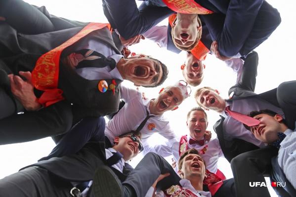Последний звонок уфимские школьники традиционно отпраздновали танцами на Советской площади