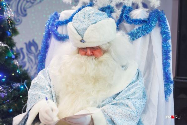 Со всей страны летят письма главному Деду Морозу нашей страны. Всего за этот ноябрь и декабрь он получил 76 тысяч 453 письма<br>
