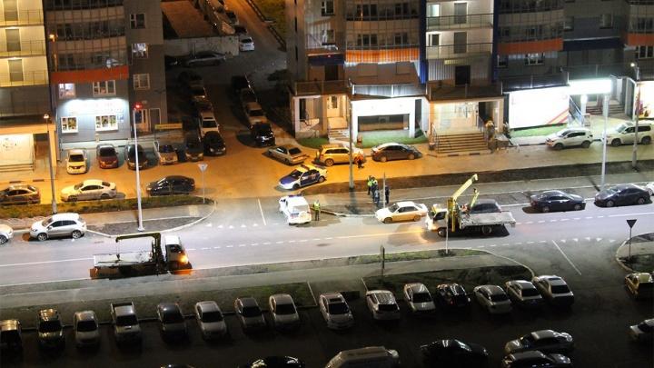 Припаркованные на новой дороге в «Белых росах» машины ночью увозили эвакуаторы