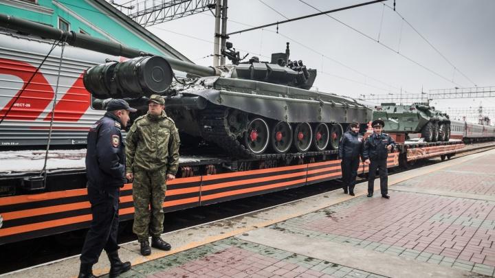 В Новосибирск прибыл спецпоезд с танками и теплушкой